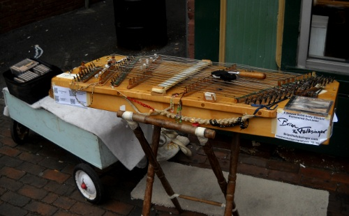 the dulcimer with single pickup set up on the street